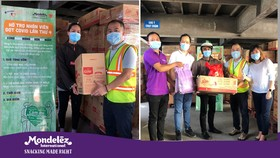 Nhân viên Mondelez Kinh Đô nhận quà tặng từ đại diện công ty