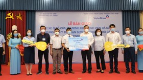VietinBank trao biển tượng trưng tài trợ 2 xe cứu thương cho Bệnh viện Đà Nẵng, Trung tâm Y tế quận Sơn Trà, TP. Đà Nẵng