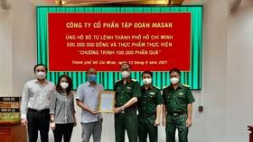 Đai diện Tập đoàn Masan trao tặng 500 triệu đồng và nhu yếu phẩm đến Bộ Tư lệnh TPHCM