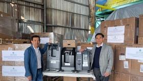 Ông David Dương trao tặng 250 máy trợ thở cho Nguyễn Trác Toàn, Tổng Lãnh sự quán Việt Nam tại San Francisco