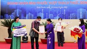 Ông Arif Widjaja - Tổng giám đốc Japfa Việt Nam trao tặng trang thiết bị y tế trị giá 6 tỷ đồng