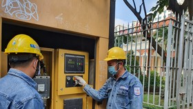 Công nhân EVNHCMC kiểm tra hệ thống điện dự phòng phục vụ họp Quốc hội trực tuyến