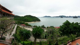 Chùa Cái Bầu nhìn ra vịnh Bái Tử Long, một trong những điểm du lịch hấp dẫn của Vân Đồn