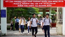 Thí sinh tại điểm thi trường Tạ Quang Bửu, quận 8, TPHCM hoàn thành môn thi cuối cùng của kỳ thi THPT quốc gia 2018. Ảnh: HOÀNG HÙNG