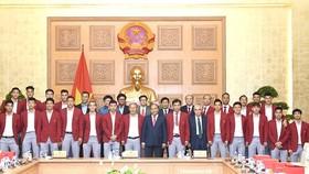 Thủ tướng chụp ảnh lưu niệm với đội tuyển bóng đá Olympic Việt Nam