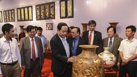 Chủ tịch Ủy ban Trung ương MTTQ Việt Nam thăm làng gốm Bát Tràng