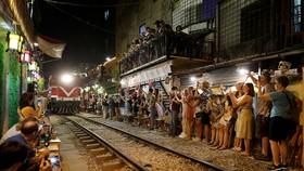 Hình ảnh cà phê đường tàu của Hà Nội gây nhiều ý kiến tranh cãi