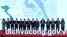 Thủ tướng Nguyễn Xuân Phúc và các đại biểu trải nghiệm dịch vụ công trực tuyến. Ảnh: VIẾT CHUNG
