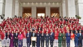 Thủ tướng cùng các đại biểu chụp ảnh lưu niệm với đoàn thể thao Việt Nam trước Trụ sở Chính phủ. Ảnh: VGP