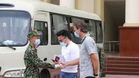 Cán bộ, chiến sĩ tại khu vực cách ly Trường Quân sự, Bộ Tư lệnh Thủ đô chúc mừng khách nước ngoài đã hoàn thành thời gian cách ly khi đến Việt Nam từ vùng dịch. Ảnh: VIẾT CHUNG