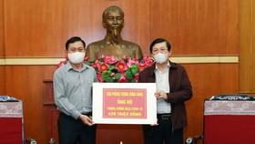 Đại diện Văn phòng Trung ương trao Đảng ủng hộ phòng chống dịch ngày