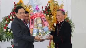Chủ tịch Ủy ban Trung ương Mặt trận Tổ quốc Việt Nam Trần Thanh Mẫn tặng quà chúc mừng Lễ Phục sinh năm 2019 tại Tòa Giám mục Giáo phận Phan Thiết. Ảnh: Nguyễn Thanh/TTXVN