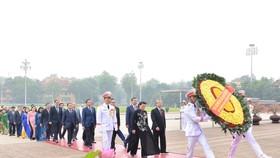 Đoàn Đại biểu Quốc hội vào Lăng viếng Chủ tịch Hồ Chí Minh. Ảnh: QUANG PHÚC