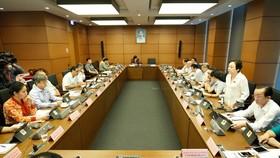 Đoàn ĐBQH TPHCM thảo luận tại Tổ, ngày 10-6-2020. Ảnh: QUANG PHÚC