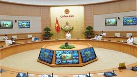 Thủ tướng Nguyễn Xuân Phúc chủ trì cuộc họp trực tuyến, chiều 12-8. Ảnh: QUANG PHÚC