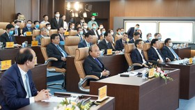 Thủ tướng Chính phủ  và các đại biểu dự lễ khai trương. Ảnh: QUANG PHÚC