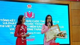 Trao giải Nhất cho cô Lường Thị Thu Trang (phải) tại buổi lễ