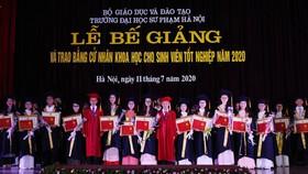 Đại học Sư phạm Hà Nội trao bằng, giấy khen và tặng hoa cho các tân cử nhân tốt nghiệp Thủ khoa năm 2020