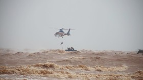 Lực lượng Đặc công nước và tổ bay trực thăng của Bộ Quốc phòng cứu hộ thuyền viên.