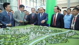 Thủ tướng Nguyễn Xuân Phúc tham quan Triển lãm các mô hình, công nghệ tiêu biểu cho đô thị thông minh. Ảnh: VIẾT CHUNG