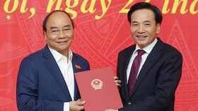 Thủ tướng Nguyễn Xuân Phúc trao quyết định bổ nhiệm Phó Chủ nhiệm Văn phòng Chính phủ cho ông Trần Văn Sơn. Ảnh: VGP