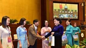 Chủ tịch Quốc hội Nguyễn Thị Kim Ngân tặng quà các nhà giáo, cán bộ quản lý giáo dục tiêu biểu