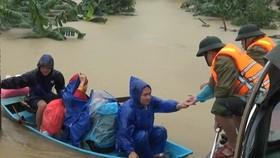 BĐBP tỉnh Hà Tĩnh kịp thời ứng cứu nhiều người dân vùng lũ đưa đến vị trí an toàn