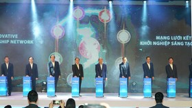 Thủ tướng Nguyễn Xuân Phúc cùng các đại biểu nhấn nút khai mạc diễn đàn chiều 27-11. Ảnh: QUANG PHÚC