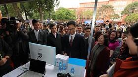 Phó Thủ tướng Vũ Đức Đam tham quan các gian trưng bày ý tưởng khởi nghiệp của HSSV