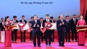 Thủ tướng Nguyễn Xuân Phúc và Bộ trưởng Bộ GD-ĐT Phùng Xuân Nhạ trao thưởng cho các em học sinh. Ảnh: VIẾT CHUNG