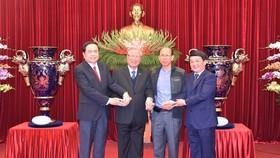 Đồng chí Trần Quốc Vượng tiếp nhận Cúp Lạc Hồng
