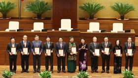 Trao tặng Kỷ niệm chương hoạt động Quốc hội cho các đại biểu Quốc hội khóa XIV  