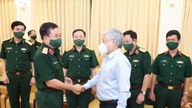 Ông Đỗ Văn Chiến thăm hỏi các cán bộ quân đội