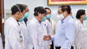 Thủ tướng Phạm Minh Chính đến kiểm tra công tác khám, chữa bệnh và phương án kiểm soát, phòng chống dịch Covid-19 tại Bệnh viện Chợ Rẫy (TPHCM). Ảnh: VIẾT CHUNG