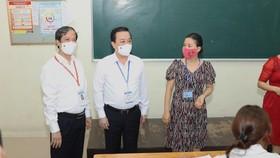 Bộ trưởng Bộ GD-ĐT Nguyễn Kim Sơn kiểm tra thi tốt nghiệp THPT 2021 tại điểm thi Trường THPT Chu Văn An, quận Tây Hồ, Hà Nội. Ảnh: VIẾT CHUNG