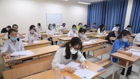 Thí sinh thi môn Ngữ văn tại điểm thi Trường THCS Ba Đình, quận Ba Đình. Ảnh: QUANG PHÚC
