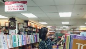 Đến thời điểm này, nhiều cửa hàng bán SGK ở nơi giãn cách xã hội chưa mở cửa. Ảnh minh họa chụp khi chưa có dịch Covid-19