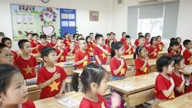 Nhiều học sinh lớp 1 ở vùng dịch có thể học qua truyền hình trong khi năm học mới bắt đầu. Ảnh chụp khi chưa có dịch: QUANG PHÚC