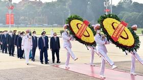 Lãnh đạo Đảng, Nhà nước vào Lăng viếng Chủ tịch Hồ Chí Minh. Ảnh: VIẾT CHUNG