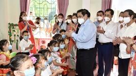 Thủ tướng Phạm Minh Chính thăm, động viên giáo viên và học sinh Trường mầm non Yên Bình, huyện Định Hóa, tỉnh Thái Nguyên, ngày 4-9. Ảnh: VIẾT CHUNG