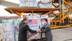 Vaccine Moderna phòng Covid-19 do Chính phủ Hoa Kỳ hỗ trợ thông qua Cơ chế COVAX về đến sân bay quốc tế Nội Bài (Hà Nội)