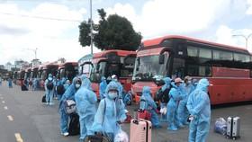 Đưa 600 người dân Phú Yên tại TPHCM về quê tránh dịch. Ảnh: QUỐC HÙNG