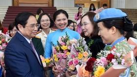 Thủ tướng Phạm Minh Chính gặp mặt đại diện các tầng lớp phụ nữ nhân Ngày Phụ nữ Việt Nam 20-10. Ảnh: VIẾT CHUNG