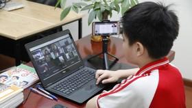Học sinh vùng có dịch vẫn đang học tập trực tuyến. Ảnh: VIẾT CHUNG