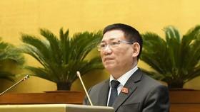 Bộ trưởng Bộ Tài chính Hồ Đức Phớc trình bày Tờ trình về dự án Luật Kinh doanh bảo hiểm (sửa đổi). Ảnh: VIẾT CHUNG