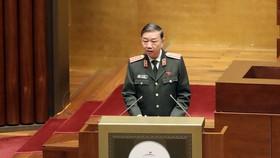 Bộ trưởng Bộ Công an Tô Lâm, thừa ủy quyền của Thủ tướng Chính phủ trình bày Báo cáo công tác phòng, chống tội phạm và vi phạm pháp luật năm 2021. Ảnh: QUANG PHÚC