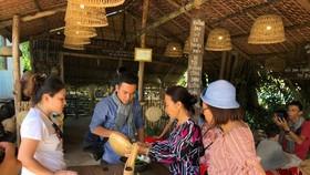 Du khách tìm hiểu quy trình làm bánh tại nhà dân ở ĐBSCL