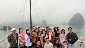 Du khách tham quan vịnh Hạ Long