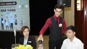 Thí sinh đang thực hiện phần thi nghiệp vụ nhà hàng, khách sạn