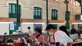 Du khách chụp hình lưu niệm tại Nha Trang